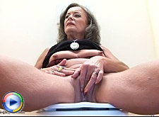 Mature english lady gives a quickie gloryhole blowjob like a pro