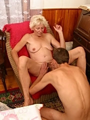 Dude licks sexy mom's hairy twat