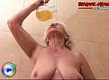 Chunky mature doing kinky piss, fist and asslicking games
