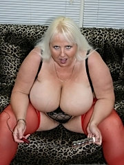 Older fat babe playing with a dildo