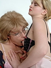 Mature brunette licked by coed