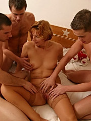 Lovely mamma pleasing three guys in bed